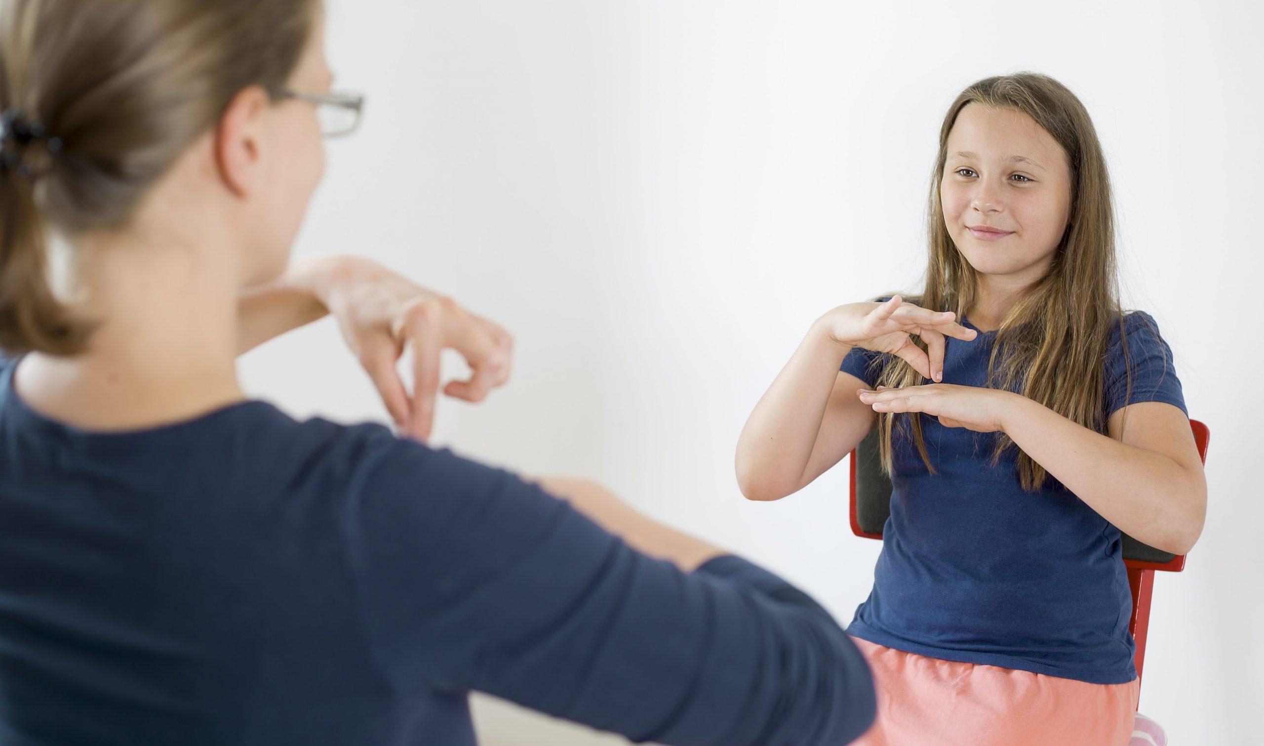 Жестовая речь как средство невербальной коммуникации